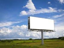 在美丽的多云天空前面的空的广告牌 免版税库存图片
