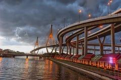 在美丽的大Bhumibol桥梁/大桥梁的黑暗的云彩风暴在河 免版税库存图片