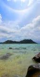 在美丽的天空的彩虹在海上 免版税库存图片