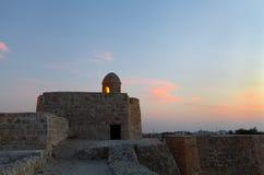 在美丽的天空,巴林堡垒的古老手表塔 免版税图库摄影