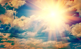 在美丽的太阳的看法在蓝色多云天空instagram窗框instagr 免版税库存图片