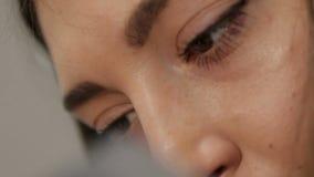 在美丽的女性纹身花刺艺术家的面孔和眼睛的情感在工作期间的 股票录像