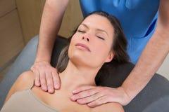 在美丽的妇女肩膀的Myofascial疗法 免版税图库摄影