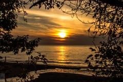在美丽的密执安湖的日落 免版税库存照片