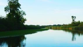 在美丽的密西西比河的划船在它仍然流动北部在上游源头附近的Bemidji明尼苏达 股票视频