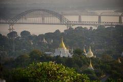 在美丽的寺庙的顶视图在曼德勒小山的早晨在缅甸 库存图片