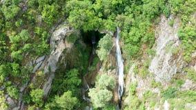 在美丽的山瀑布下看法的空中上面  股票录像