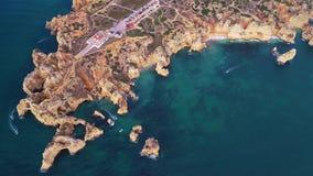 在美丽的山的飞行在海洋岸附近 股票视频