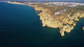 在美丽的山的飞行在海洋岸附近 股票录像
