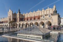 在美丽的布料霍尔附近的喷泉在克拉科夫,波兰的历史的中心 免版税库存照片