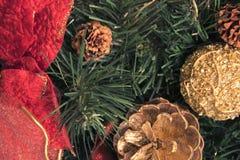 在美丽的新年装饰旁边的金黄锥体 美妙的圣诞节背景 免版税库存照片