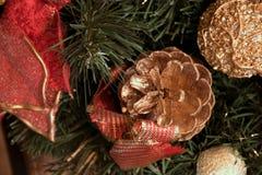 在美丽的新年装饰旁边的金黄锥体 库存照片