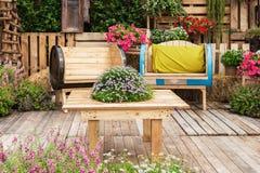 在美丽的木椅子家具 免版税库存照片