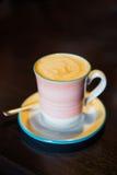 在美丽的杯子的鲜美热奶咖啡 库存图片