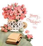在美丽的桃红色玫瑰中的空白的笔记本,隔绝在白色, sp 库存图片
