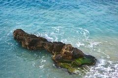 在美丽的水中间的一个小海岛 免版税库存图片