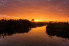 在美丽的河的五颜六色的日落 库存照片