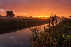 在美丽的河的五颜六色的日落 图库摄影