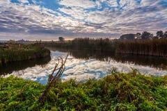 在美丽的河的五颜六色的日落 免版税图库摄影
