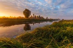 在美丽的河的五颜六色的日落 免版税库存照片