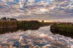 在美丽的河的五颜六色的日落 库存图片