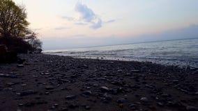 在美丽的海滩岸的小碎波早晨 白天假期海岸线海滩目的地在夏天在黎明 影视素材