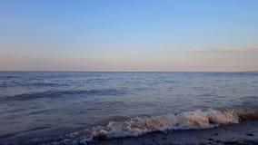 在美丽的海滩岸的小碎波早晨 白天假期海岸线海滩目的地在夏天在黎明 股票录像