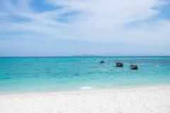 在美丽的海滩的渔船在Lipe海岛 免版税图库摄影