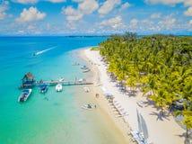 在美丽的海滩的鸟瞰图在Trou辅助比谢,毛里求斯 库存图片