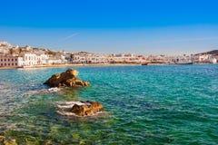 在美丽的海附近的Chora米科诺斯岛镇 库存图片