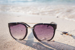 在美丽的海滩的太阳镜 免版税库存照片