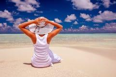 在美丽的海滨的妇女休息 库存图片
