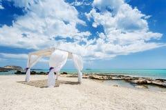在美丽的海滩的婚礼baldachine 免版税图库摄影