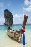 在美丽的海滩的小船在泰国 库存图片