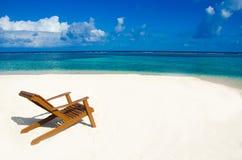 在美丽的海滩的椅子 库存照片