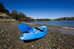 在美丽的海滩的蓝色皮船 库存图片