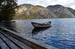 在美丽的清楚的湖的单独小船在挪威在秋天 库存图片