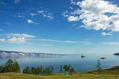 在美丽的湖海岸的两个帐篷  库存图片