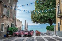 在美丽的湖的夏天咖啡馆 免版税库存图片