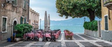 在美丽的湖的夏天咖啡馆 免版税库存照片