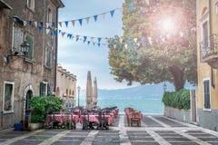 在美丽的湖的夏天咖啡馆 免版税图库摄影