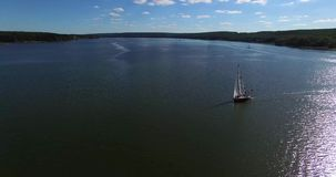 在美丽的湖的空中射击有风船的 鸥跟随寄生虫 股票视频