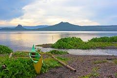 在美丽的湖Taal,菲律宾岸的渔船  图库摄影
