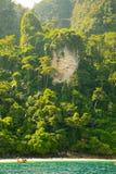 在美丽的热带玛雅人海湾下的小山靠岸,酸值发埃发埃,泰国 免版税库存图片