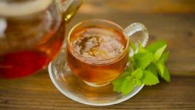 在美丽的玻璃碗的可口绿茶在桌上