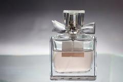 在美丽的瓶的香水 免版税库存照片