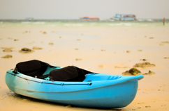 在美丽的白色海滩的皮船小船 免版税库存照片