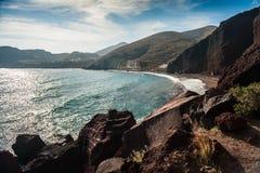 在美丽的红色海滩的大岩石 免版税库存照片