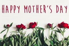 在美丽的红色牡丹的愉快的母亲` s天文本标志在白色w 库存图片