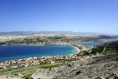 在美丽的绿松石海湾的鸟瞰图在Pag海岛上的城市Pag前面在达尔马提亚,克罗地亚 免版税库存照片